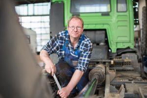 Marcel Claus bei der Reparatur eines LKW - Wienken Nutzfahrzeugservice in Brake, Nordenham und Varel